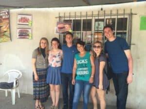Estudiantes visitando el negocio de Liliana Albornoz.